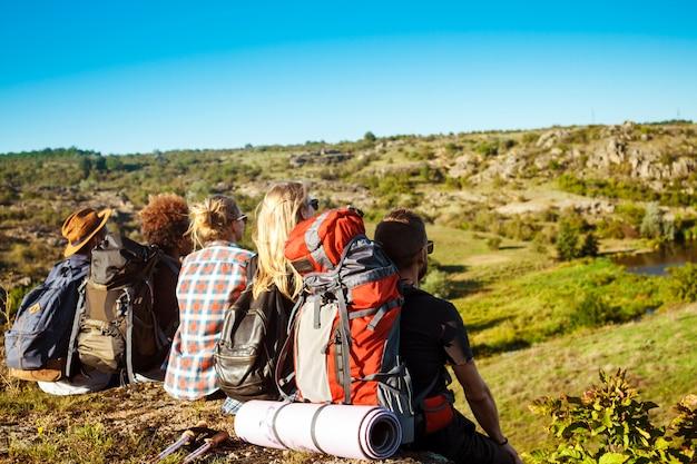 젊은 친구 여행자 협곡에서 바위에 앉아 감상