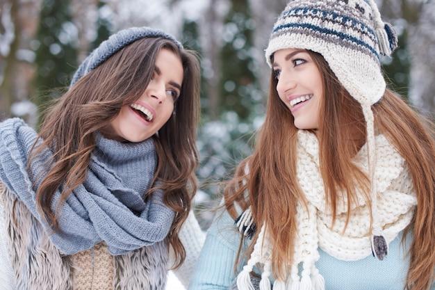 Giovani amici in inverno