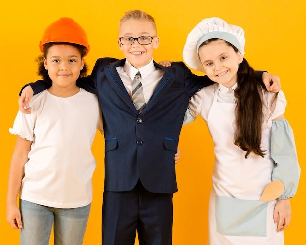 Giovani amici con diverse carriere