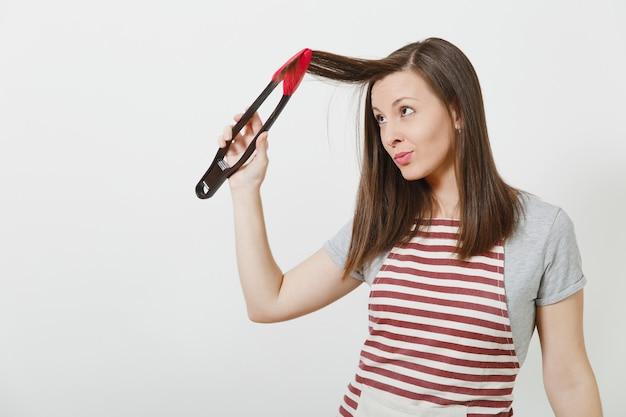 절연 스트라이프 앞치마에 젊은 재미 매력적인 웃는 갈색 머리 백인 주부 프리미엄 사진