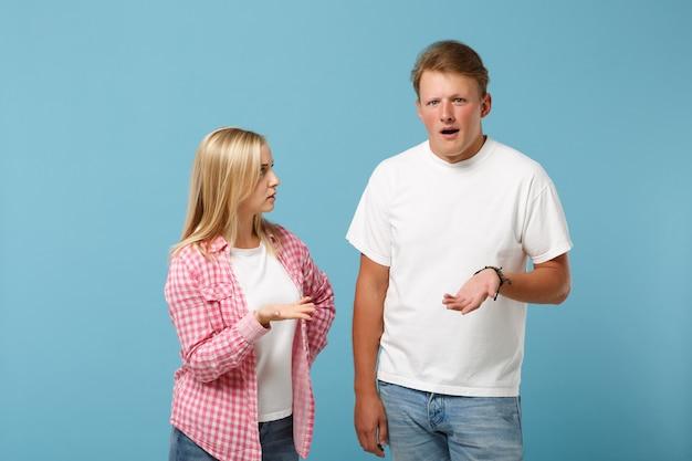 젊은 재미 커플 두 친구 남자 여자 화이트 핑크 빈 빈 디자인 티셔츠 포즈