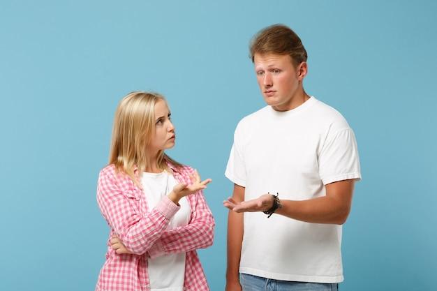 白いピンクの空の空白のデザインのtシャツのポーズで若い楽しいカップル2人の友人の男の女の子