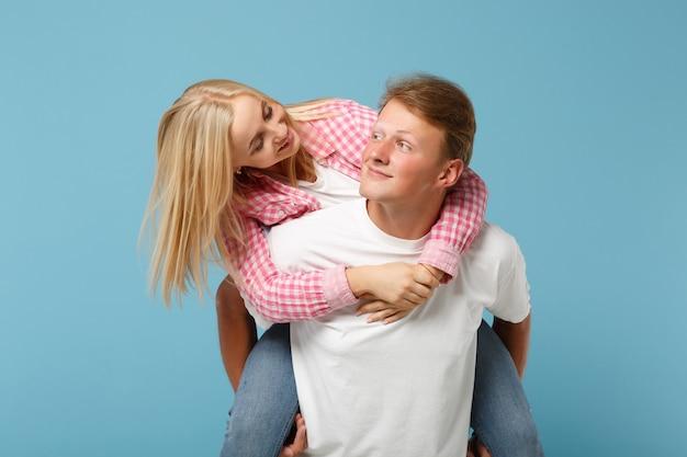 Молодая веселая пара двух друзей парень девушка в белых розовых пустых пустых дизайнерских футболках позирует Бесплатные Фотографии