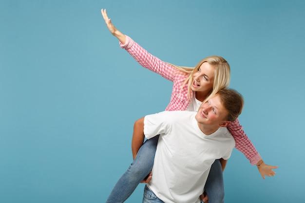 젊은 재미 커플 두 친구 남자 여자 화이트 핑크 빈 빈 디자인 티셔츠 포즈 무료 사진