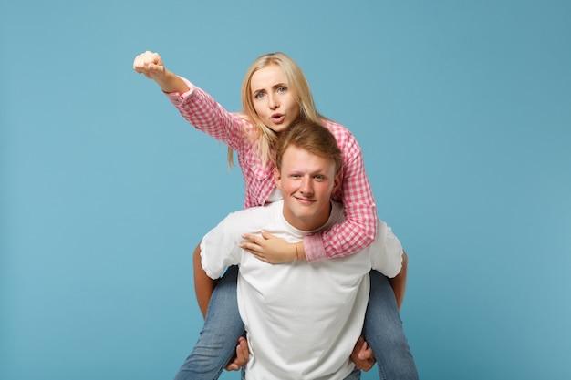 Молодая веселая пара двух друзей парень девушка в белых розовых пустых пустых дизайнерских футболках позирует