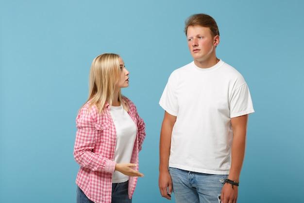 Giovane divertente coppia due amici ragazzo ragazza in bianco rosa vuoto design t-shirt in bianco in posa