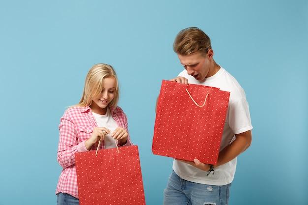 젊은 재미 부부 두 친구 남자와 여자 흰색 분홍색 티셔츠 포즈