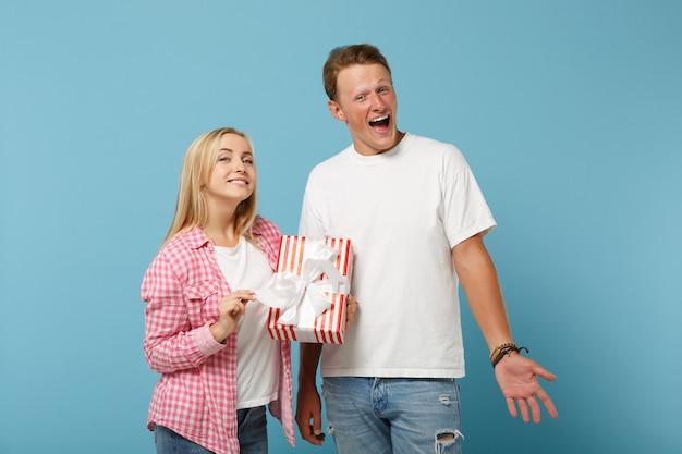 白いピンクのtシャツのポーズで若い面白いカップル2人の友人の男と女