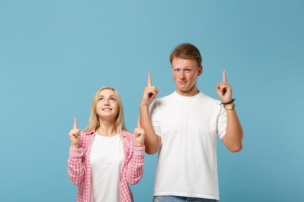 Giovane coppia divertente due amici ragazzo ragazza in bianco rosa vuoto design t-shirt in bianco in posa