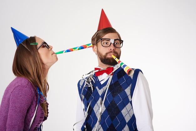 Giovani coppie di sguardo divertente del geek che hanno divertimento isolato