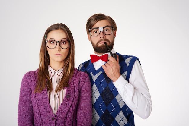孤立した楽しみを持っている若い変な格好のオタクカップル