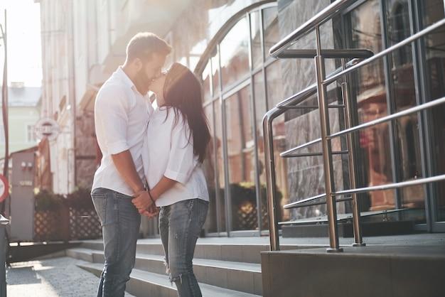 Una giovane coppia amorosa divertente si diverte in una giornata di sole.