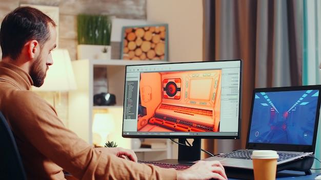 최신 소프트웨어를 사용하여 인터페이스를 디자인하는 젊은 게임 개발자.