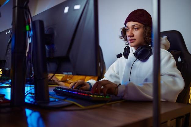 若いゲーマーはゲームクラブで遊ぶ