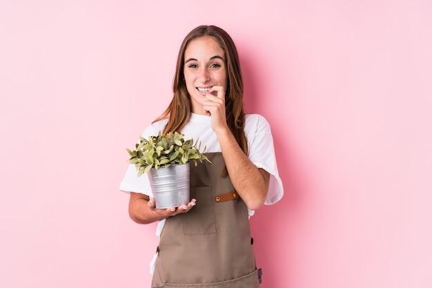若い庭師の白人女性は、神経質で非常に不安な、噛む爪を孤立させました。