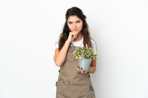 Молодой садовник на изолированном фоне