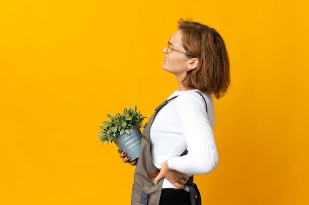孤立した背景上の若い庭師 Premium写真