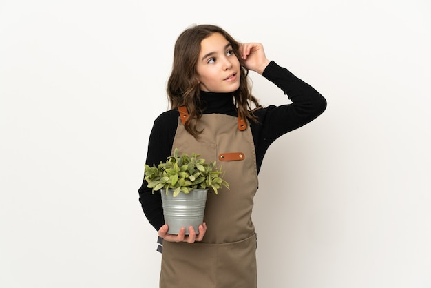 격리 된 배경 위에 젊은 정원사