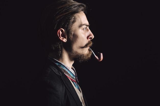 Юные джентльмены курит трубку