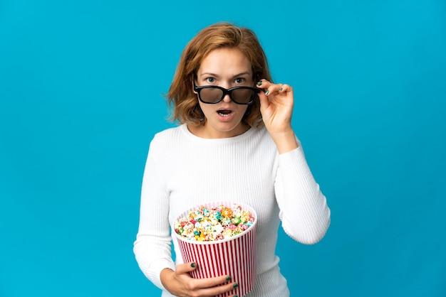 고립 된 젊은 그루지야 여자 3d 안경에 놀란