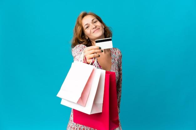 Молодая грузинская женщина с изолированной сумкой для покупок