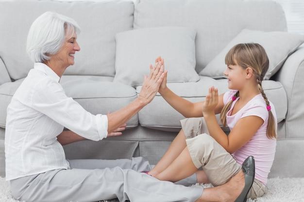 Молодая девушка и бабушка играют вместе