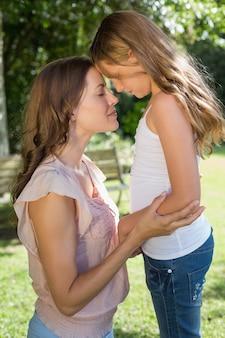 若い女の子と母親の公園で
