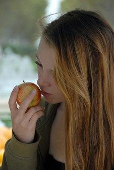 若い女の子と赤いリンゴ