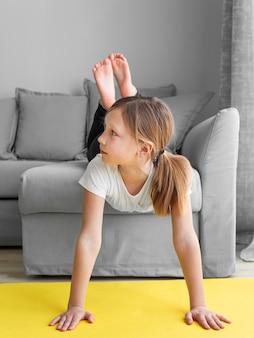 Молодая девушка у себя дома на диване Бесплатные Фотографии