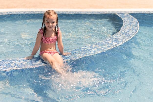수영장에서 어린 소녀