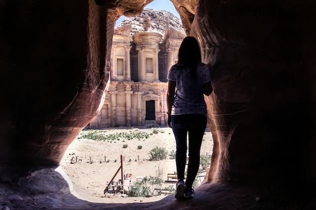 Молодая девушка у входа в пещеру