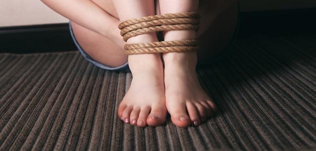 구타와 묶인 어린 소녀