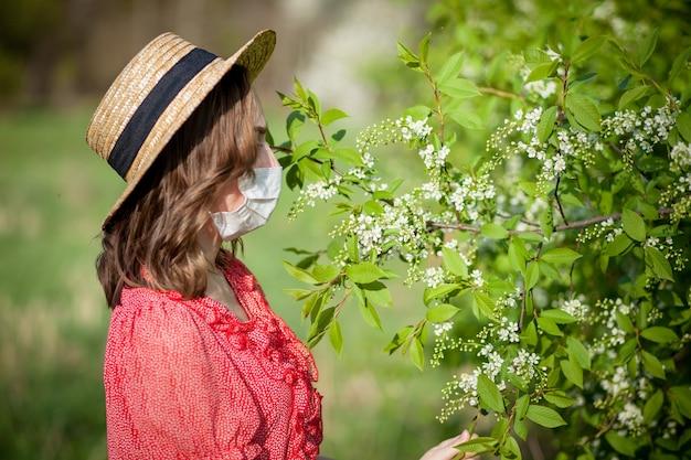 코를 불고 피 나무 앞에서 조직에 재채기 어린 소녀