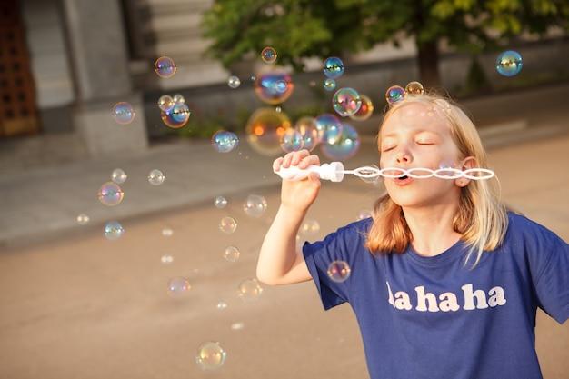 야외에서 비누 방울을 부는 어린 소녀, 공간 복사