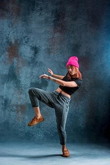 若い女の子は青のブレイクダンス。
