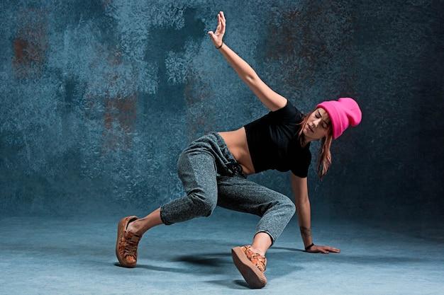 벽에 어린 소녀 브레이크 댄스