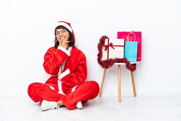 흰색 bakcground 미소에 고립 된 바닥에 앉아 크리스마스를 축 하 하는 어린 소녀