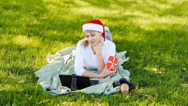 부모와 채팅하는 어린 소녀. 크리스마스 온라인 축하