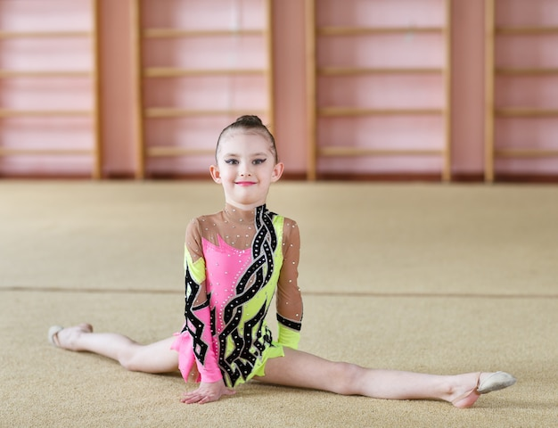 体操をしている若い女の子。