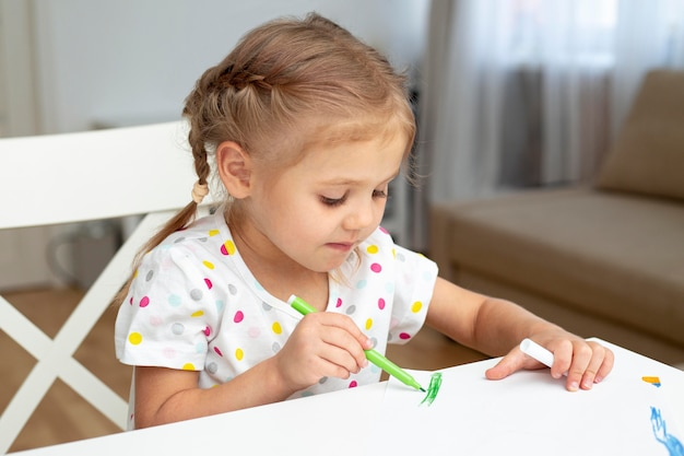 Молодая девушка рисует дома