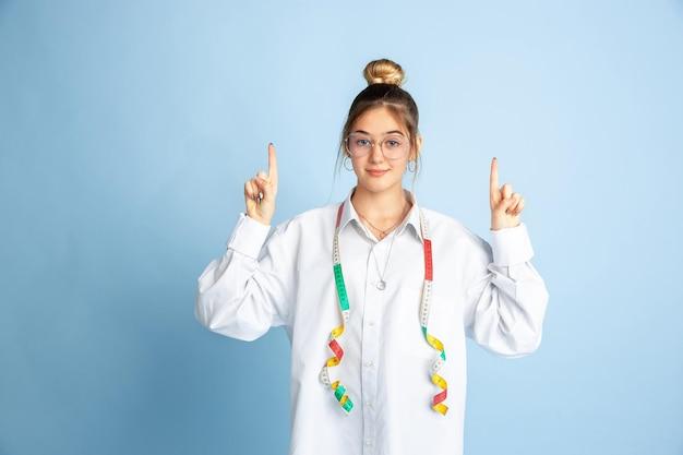 Молодая девушка мечтает о будущей профессии швеи. детство, планирование, образование и концепция мечты.
