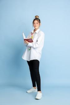 Молодая девушка мечтает о будущей профессии швеи