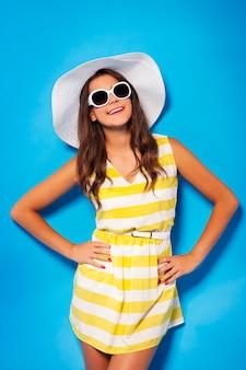 Молодая девушка, одетая в летнее время