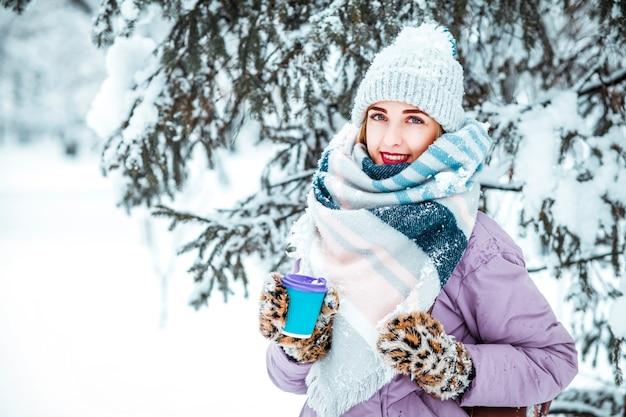 겨울에 커피를 마시는 어린 소녀