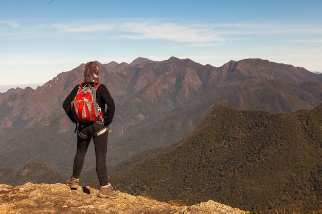 山の頂上からの眺めを楽しむ若い女の子