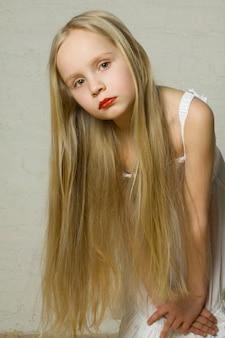 Фотомодель молодой девушки с длинными светлыми волосами