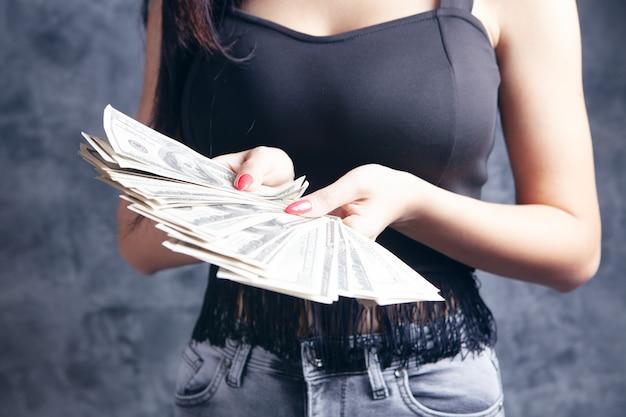어린 소녀는 달러 지폐를 제공합니다