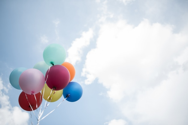 Молодая девушка рука красочные воздушные шары