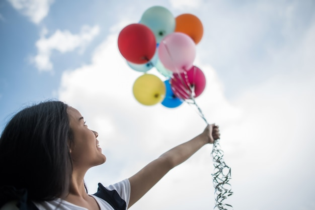 カラフルな風船を持つ少女の手