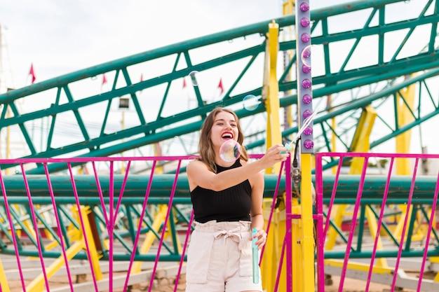 Ragazza divertendosi nel parco di divertimenti